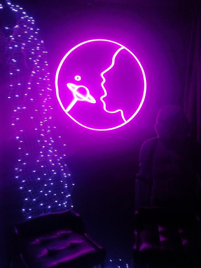 світлова вивіска з неону в інтер'єрі